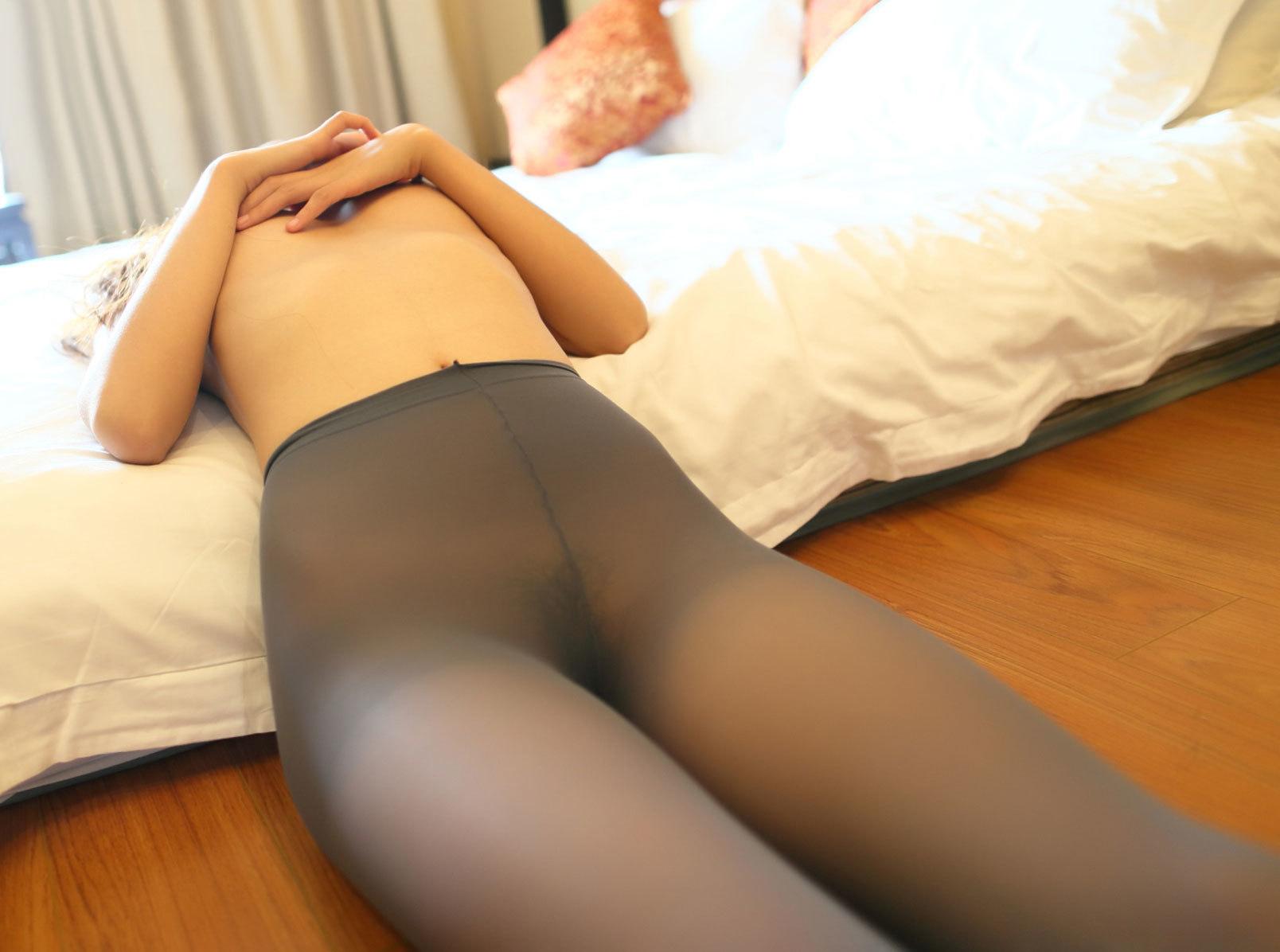 【パンストエロ画像】脱がす前にクンカクンカ確定w雌の香り詰まったパンスト下半身(;´Д`)
