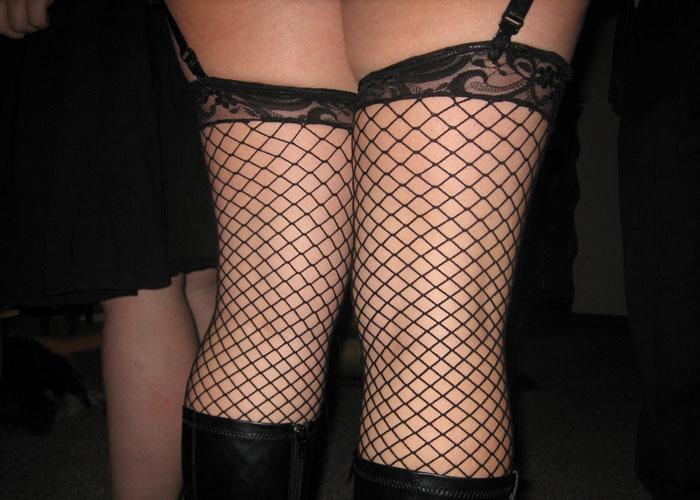 【美脚エロ画像】履けばセクシー度が上がるw痕つかないか気になる網タイツ美脚(;´∀`)