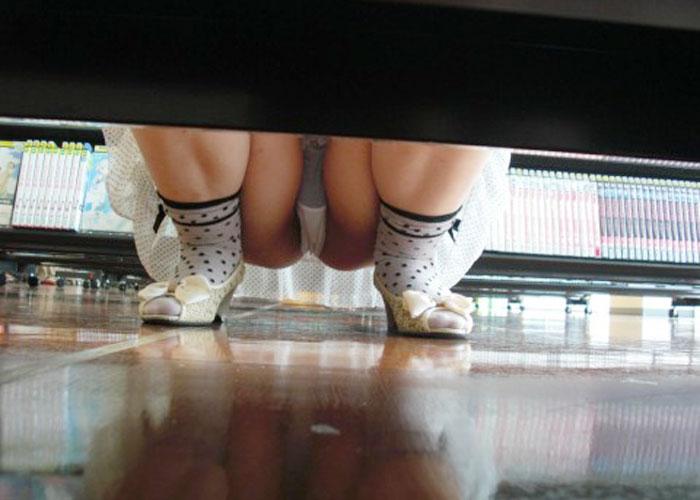 【パンチラエロ画像】埃まみれになる必要なしw店内の棚下越しにパンチラ激写!(;´Д`)