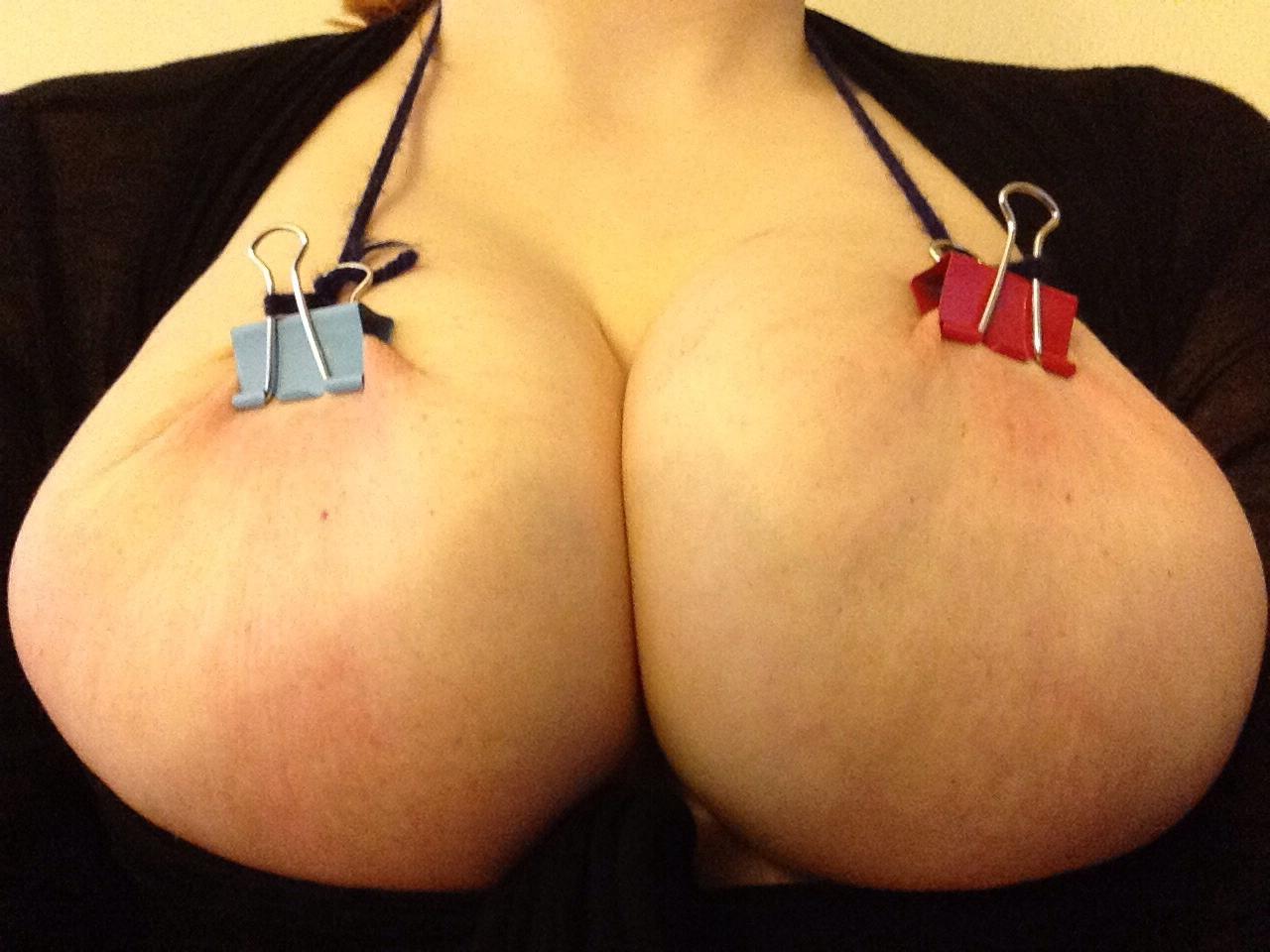 【乳首エロ画像】(※閲覧注意)見てる方も痛い痛い!乳首が歪みそうな挟み責め(゜ロ゜ノ)ノ