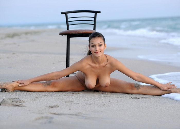 【軟体エロ画像】奥まで簡単に届きそう!裸で180度開脚くぱぁ♪しちゃう外人さん(*´Д`)