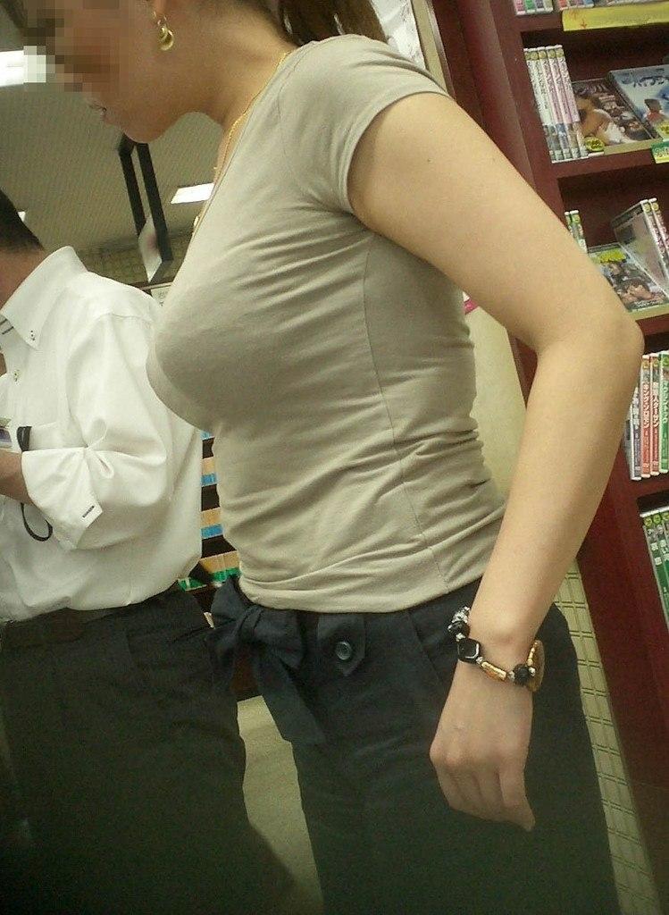 【巨乳エロ画像】見られたいからこの乳袋!?なら遠慮は無用な街角おっぱい鑑賞(;´Д`)