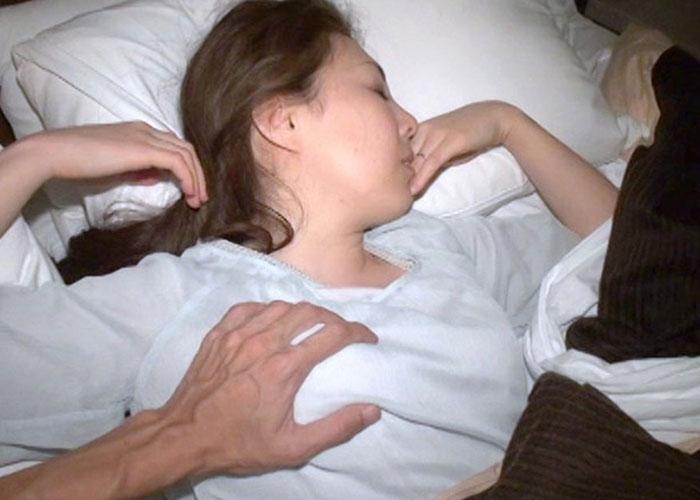 【エロ動画】女子の寝室に潜入!文字通り寝込み襲ってハメ倒す王道の夜這い(;゚∀゚)=3 01