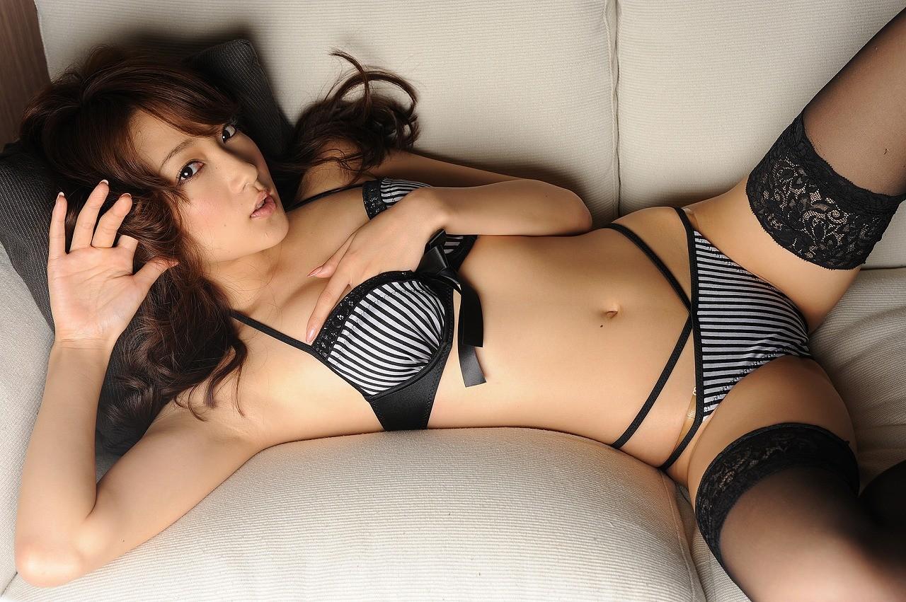 【腋フェチエロ画像】冬でも汗かくから舐め頃はある!むしろ吸い付きたい女の腋下(;´∀`)