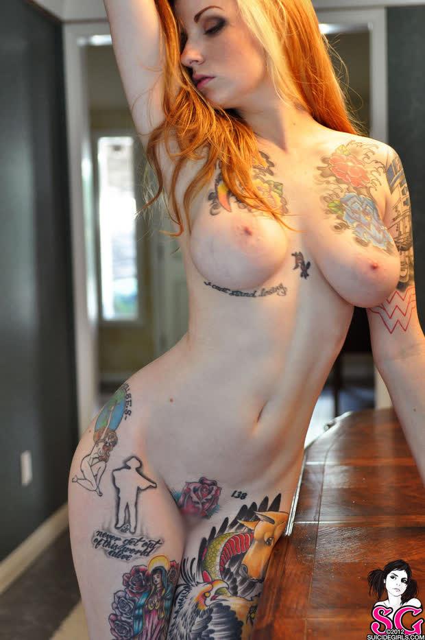 【海外エロ画像】乳房に刻まれるとちょっと…抱くのが躊躇われる全身タトゥー外人さん(*´Д`)