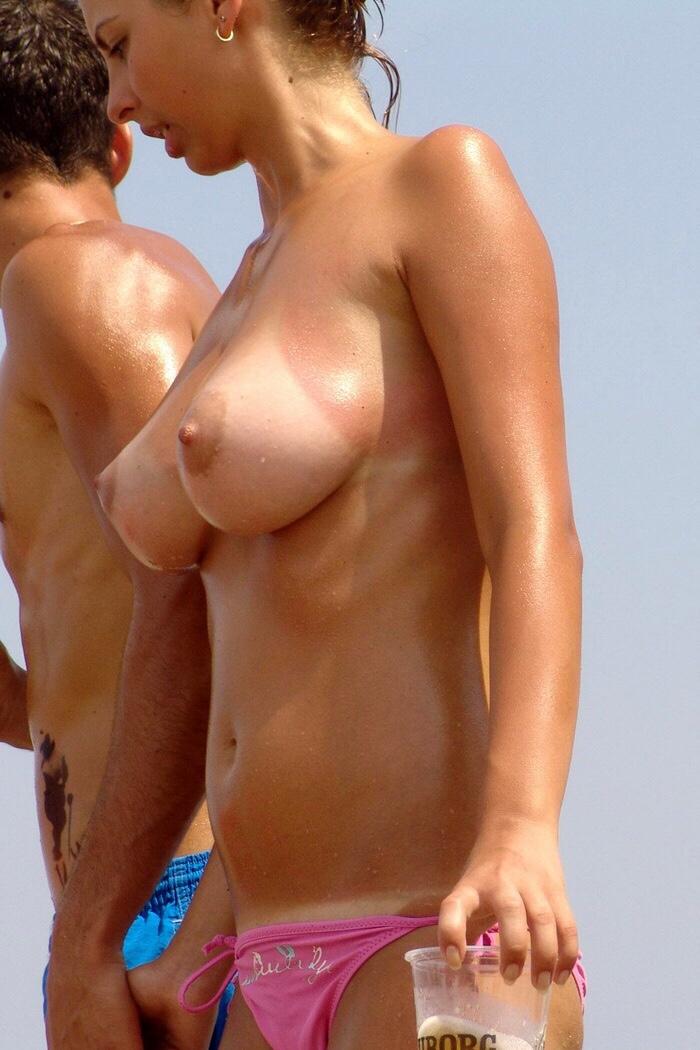 【日焼けエロ画像】白黒ハッキリ体に残されているセクシーな日焼け美女たち!