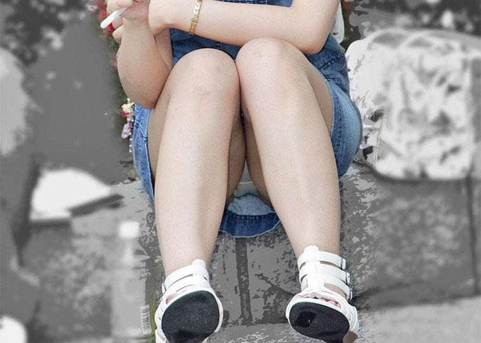 【パンチラエロ画像】誰も見てないと思って座る人は逃がさない!座りチラ観察(;´∀`)