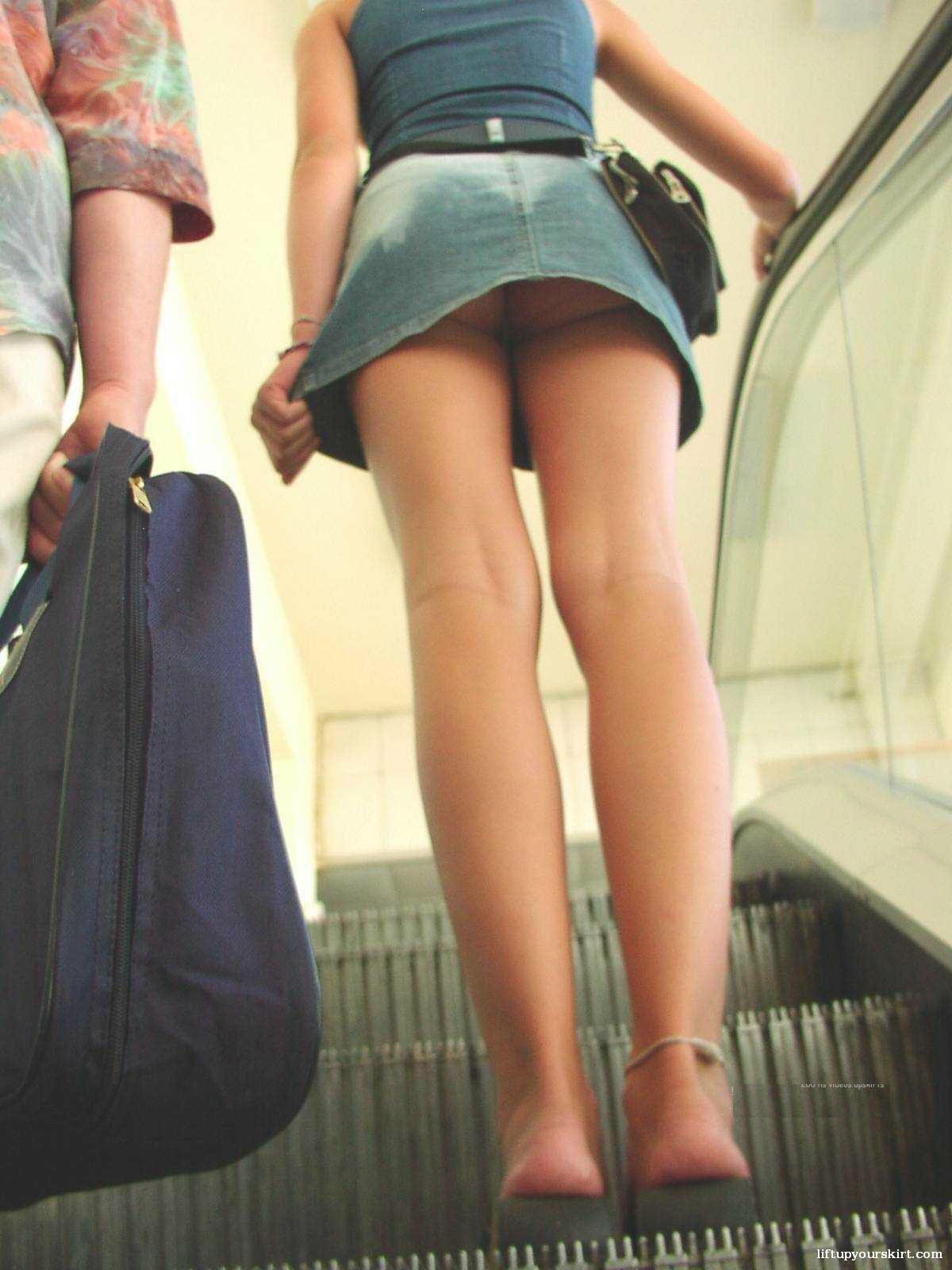 【パンチラエロ画像】階段なくてもしゃがめば…ローアングルから悩殺パンツ激写(;´Д`)