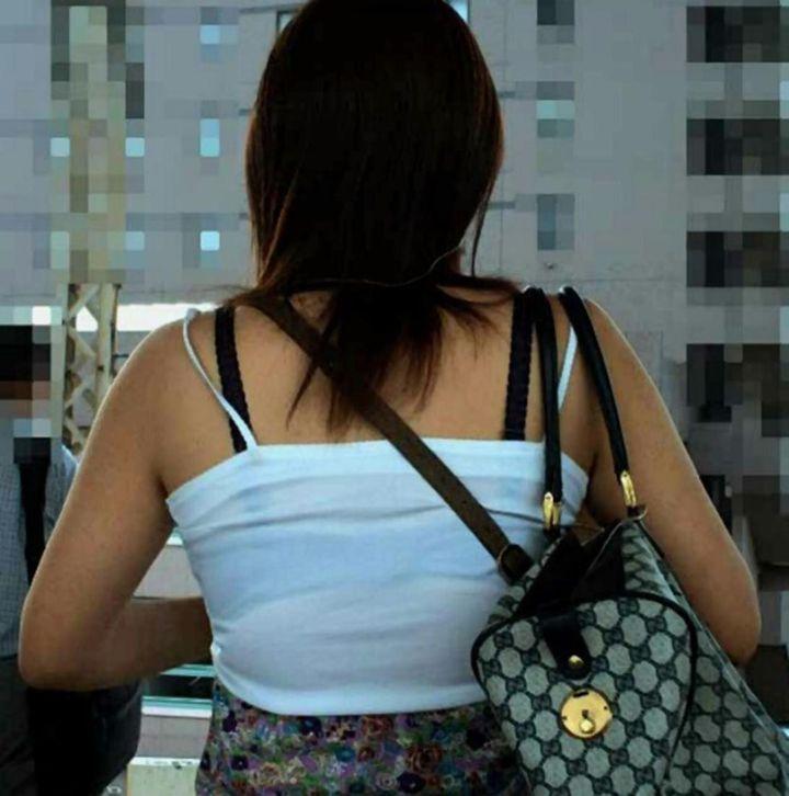 【透けブラエロ画像】あのホック外してみたい…街角の気になる透けブラ女子(;´∀`)