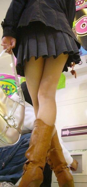 【美脚エロ画像】仲良くなって触ってみたいwミニからよく見える街角太もも(;´Д`)