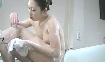 【盗撮動画】公衆浴場の洗い場に仕掛けられた隠しカメラ。足を開いてすね毛を剃ってるんで完全に見えちゃってますw【無修正】