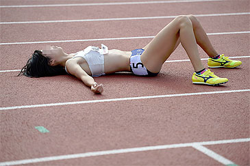 【女子アスリート画像】チラ見えヘソ出し食い込み…露出度高すぎて競技より気になる陸上女子www