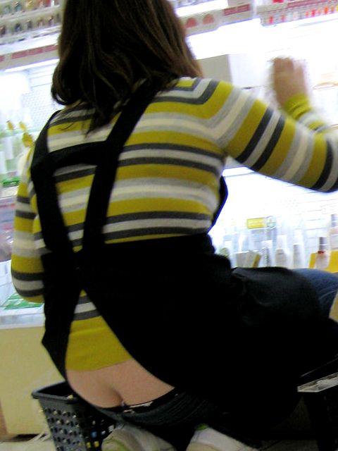【半ケツエロ画像】しゃがんだ大きいお尻を上から見ると、バッチリと見えるパンティ! 11
