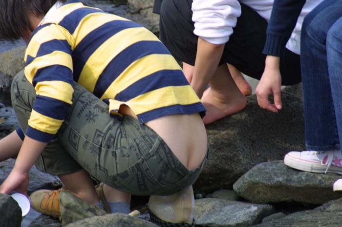 【半ケツエロ画像】しゃがんだ大きいお尻を上から見ると、バッチリと見えるパンティ! 13
