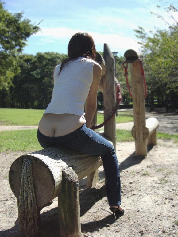 【半ケツエロ画像】しゃがんだ大きいお尻を上から見ると、バッチリと見えるパンティ! 25