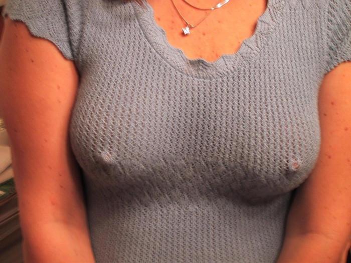 【胸ポッチエロ画像】着衣に浮かびあがる乳首!ノーブラ万歳!っていうやつw 05