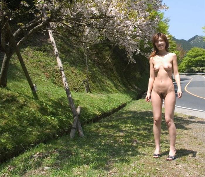 【素人野外露出エロ画像】素人娘たちによるホットな野外露出画像にフル勃起! 23