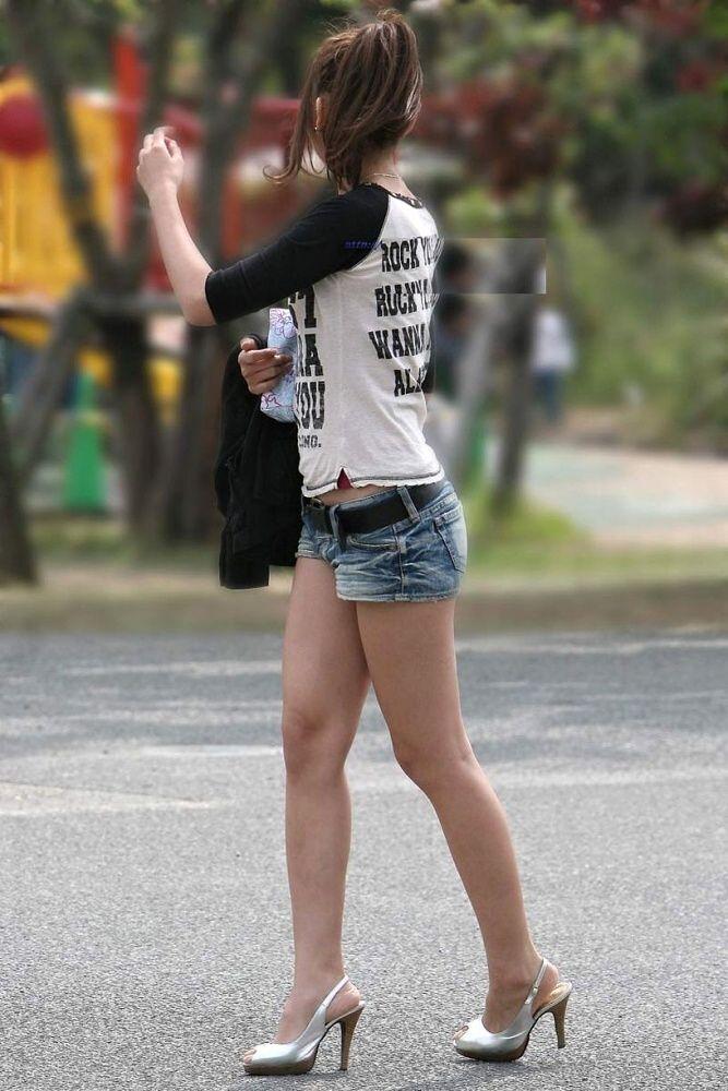 【ホットパンツエロ画像】街中を歩くホットパンツのお姉さんに思わず興奮してしまう! 02