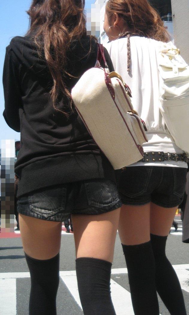 【ホットパンツエロ画像】街中を歩くホットパンツのお姉さんに思わず興奮してしまう! 07