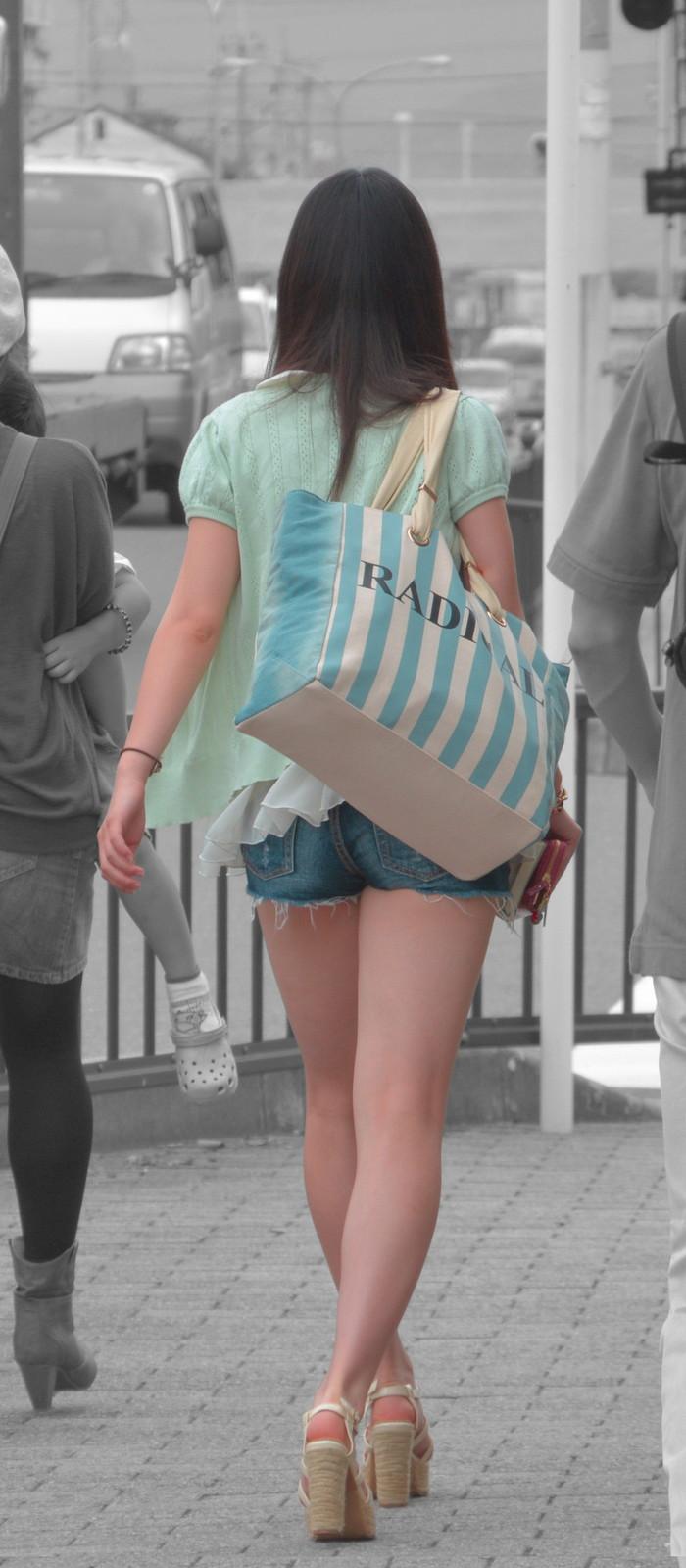 【ホットパンツエロ画像】街中を歩くホットパンツのお姉さんに思わず興奮してしまう! 08