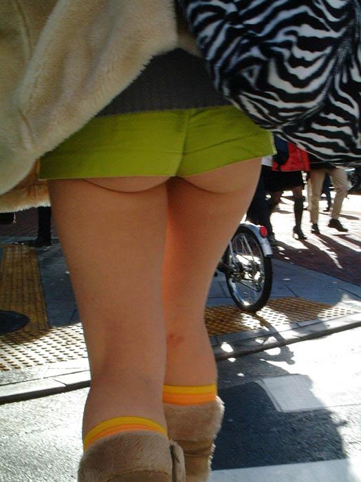【ホットパンツエロ画像】街中を歩くホットパンツのお姉さんに思わず興奮してしまう! 09