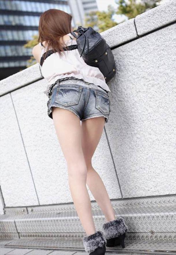 【ホットパンツエロ画像】街中を歩くホットパンツのお姉さんに思わず興奮してしまう! 13