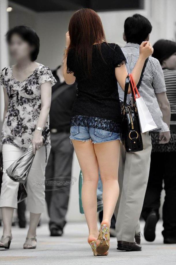 【ホットパンツエロ画像】街中を歩くホットパンツのお姉さんに思わず興奮してしまう! 14
