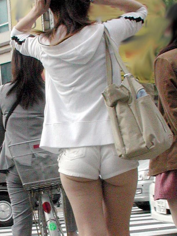 【ホットパンツエロ画像】街中を歩くホットパンツのお姉さんに思わず興奮してしまう! 16