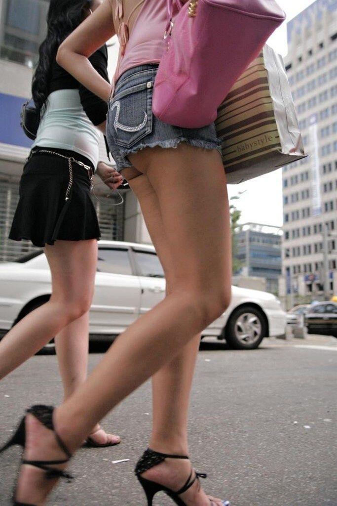 【ホットパンツエロ画像】街中を歩くホットパンツのお姉さんに思わず興奮してしまう! 21