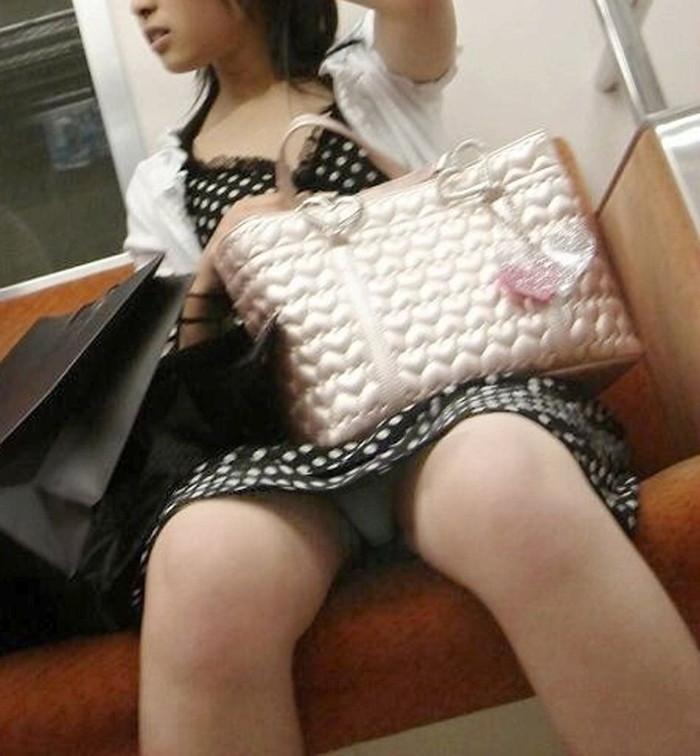 【電車内盗撮エロ画像】電車内で油断している女の子たちのパンチラ、胸チラ狙ってみた! 01