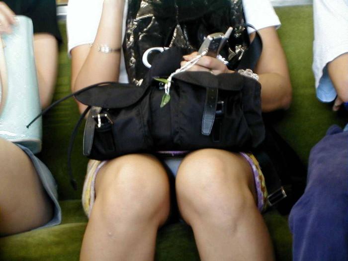 【電車内盗撮エロ画像】電車内で油断している女の子たちのパンチラ、胸チラ狙ってみた! 02