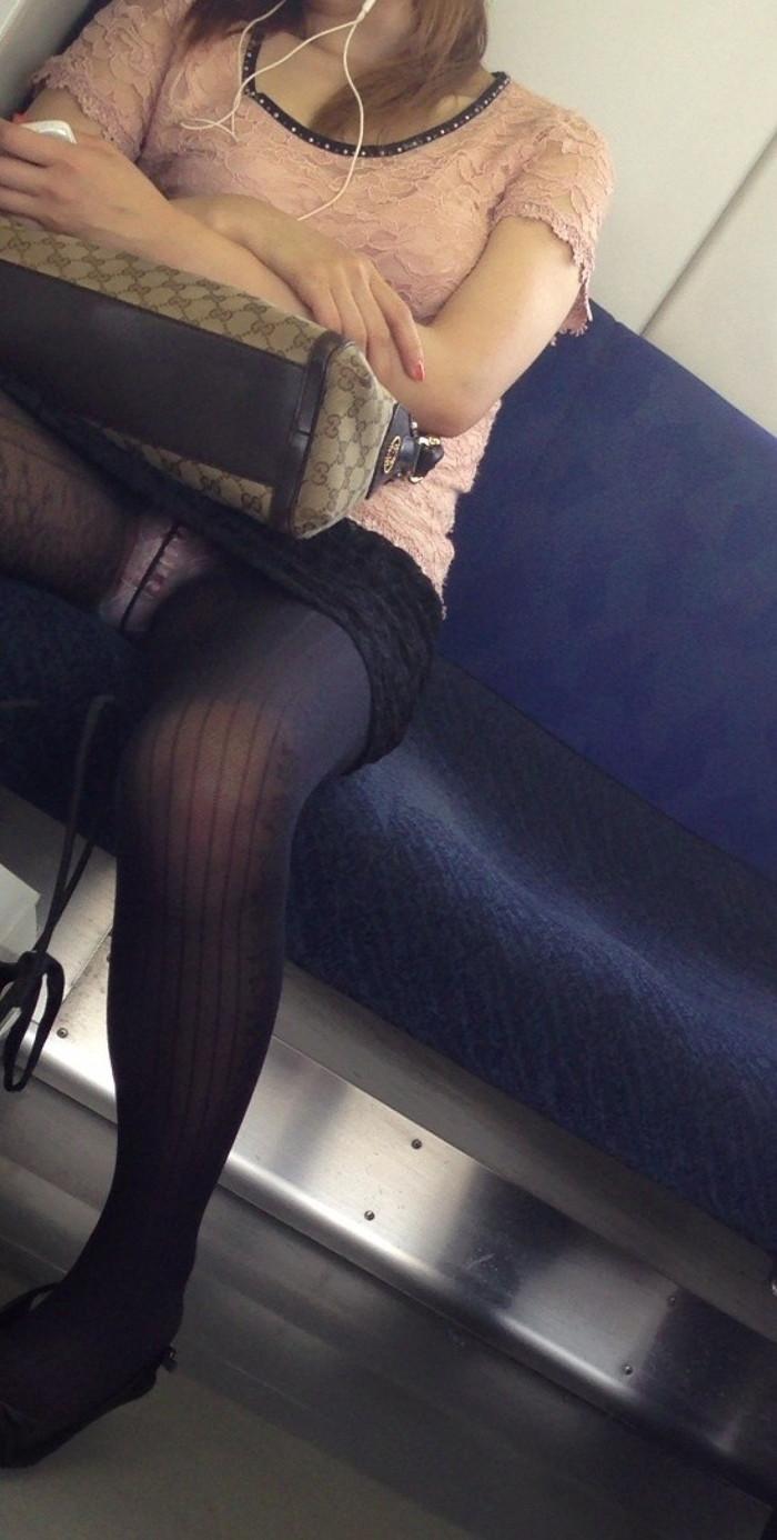 【電車内盗撮エロ画像】電車内で油断している女の子たちのパンチラ、胸チラ狙ってみた! 06