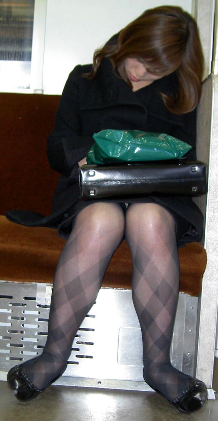 【電車内盗撮エロ画像】電車内で油断している女の子たちのパンチラ、胸チラ狙ってみた! 09
