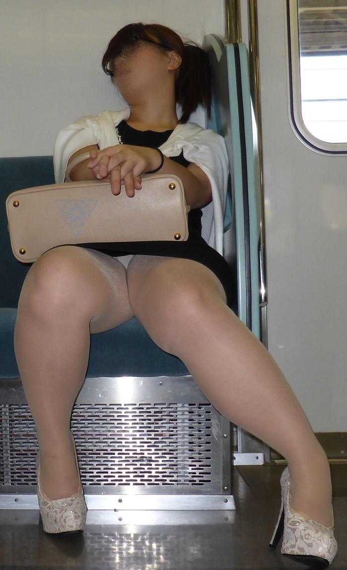 【電車内盗撮エロ画像】電車内で油断している女の子たちのパンチラ、胸チラ狙ってみた! 10