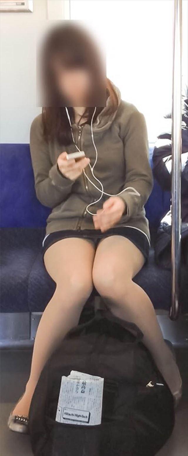 【電車内盗撮エロ画像】電車内で油断している女の子たちのパンチラ、胸チラ狙ってみた! 11