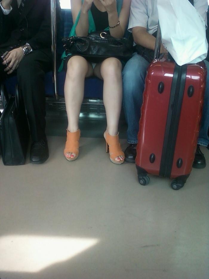 【電車内盗撮エロ画像】電車内で油断している女の子たちのパンチラ、胸チラ狙ってみた! 12
