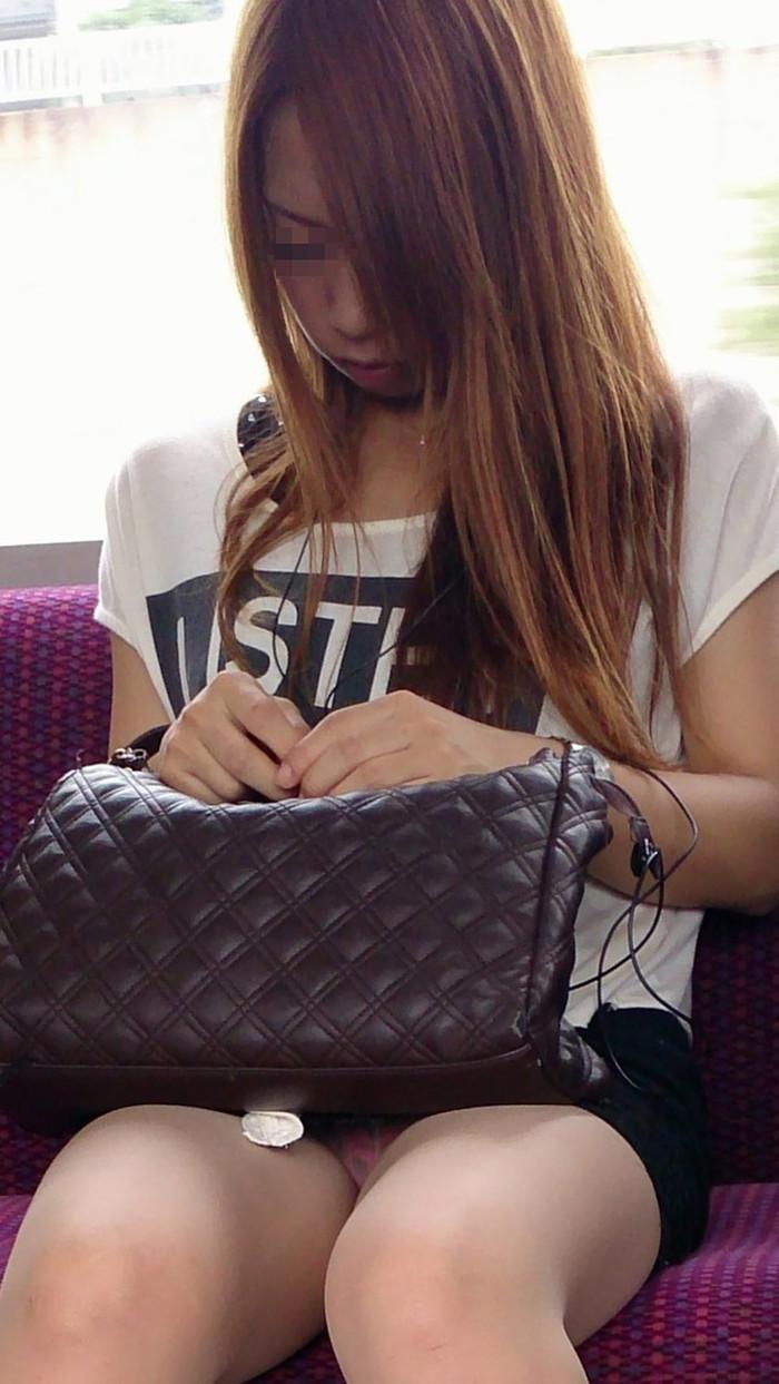 【電車内盗撮エロ画像】電車内で油断している女の子たちのパンチラ、胸チラ狙ってみた! 13