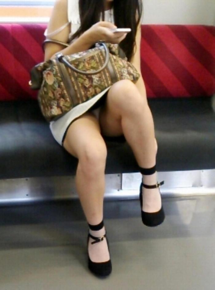 【電車内盗撮エロ画像】電車内で油断している女の子たちのパンチラ、胸チラ狙ってみた! 14