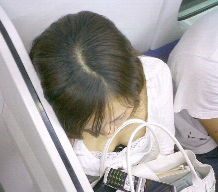 【電車内盗撮エロ画像】電車内で油断している女の子たちのパンチラ、胸チラ狙ってみた! 17