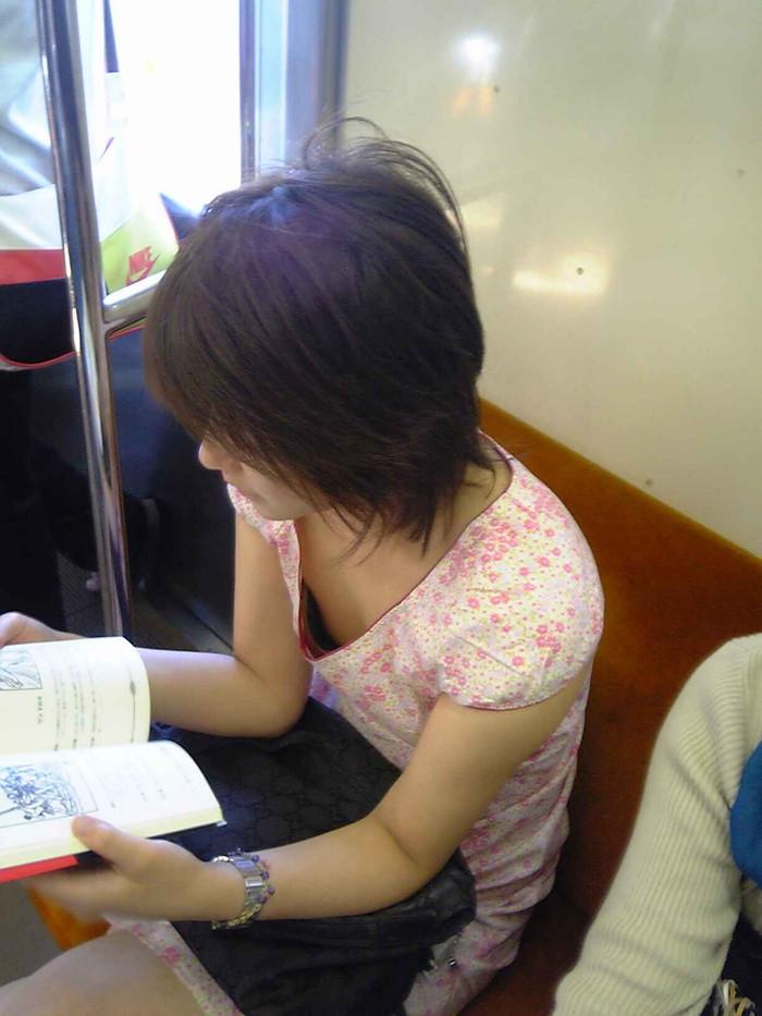 【電車内盗撮エロ画像】電車内で油断している女の子たちのパンチラ、胸チラ狙ってみた! 18