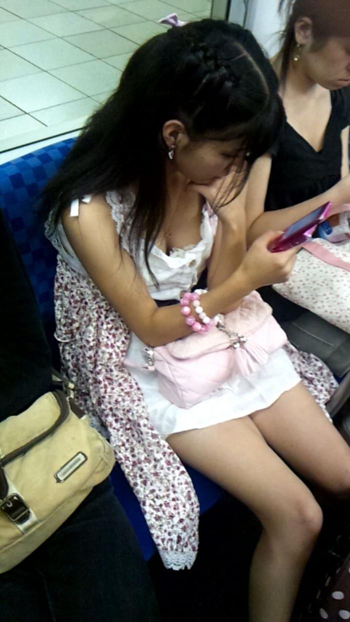 【電車内盗撮エロ画像】電車内で油断している女の子たちのパンチラ、胸チラ狙ってみた! 21