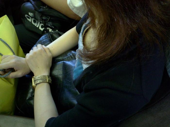 【電車内盗撮エロ画像】電車内で油断している女の子たちのパンチラ、胸チラ狙ってみた! 22