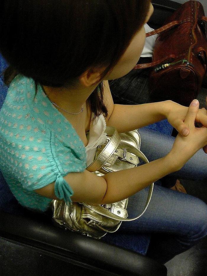 【電車内盗撮エロ画像】電車内で油断している女の子たちのパンチラ、胸チラ狙ってみた! 23