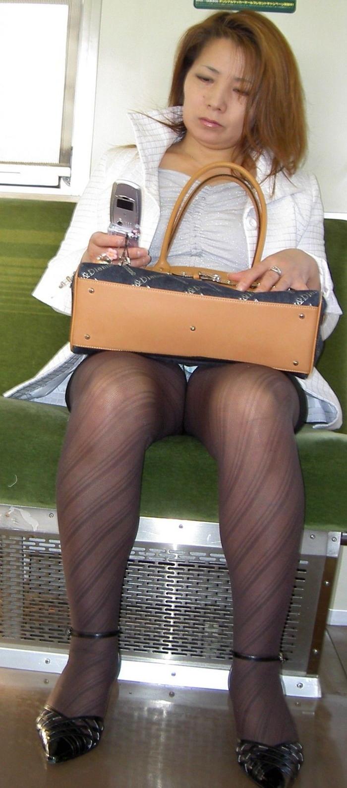 【電車内盗撮エロ画像】電車内で油断している女の子たちのパンチラ、胸チラ狙ってみた! 25