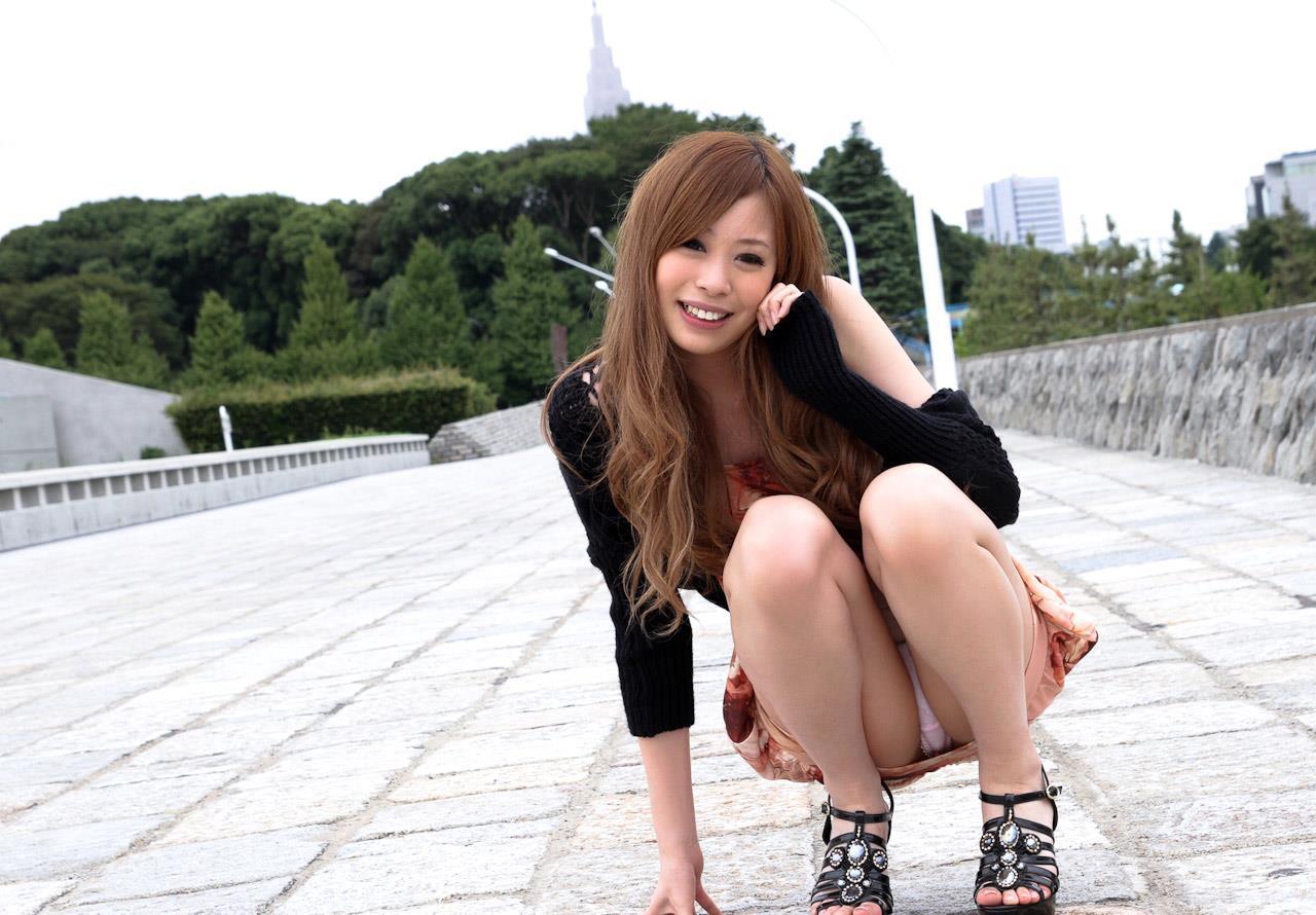 【パンチラエロ画像】しゃがみ込んだ女の子の股間を正面から見た結果ww