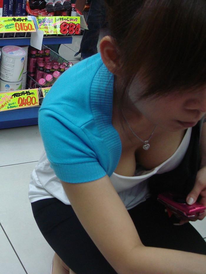 【胸チラエロ画像】ルーズになった素人娘たちの胸元狙ったらこんな写真撮れたww 05