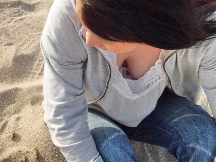 【胸チラエロ画像】ルーズになった素人娘たちの胸元狙ったらこんな写真撮れたww 13