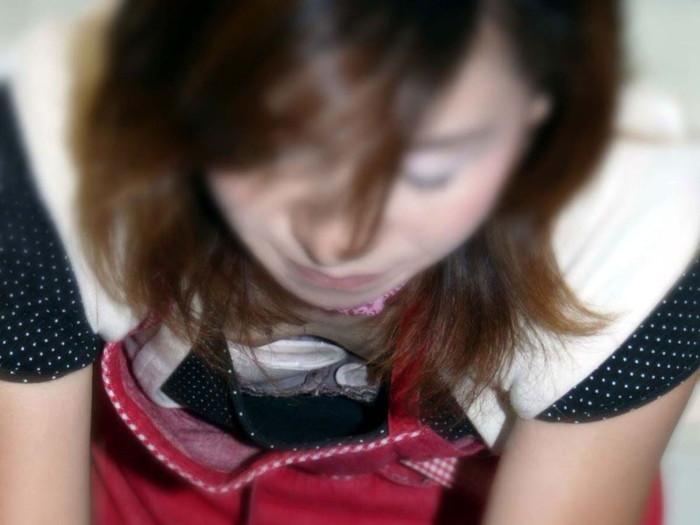 【胸チラエロ画像】ルーズになった素人娘たちの胸元狙ったらこんな写真撮れたww 18
