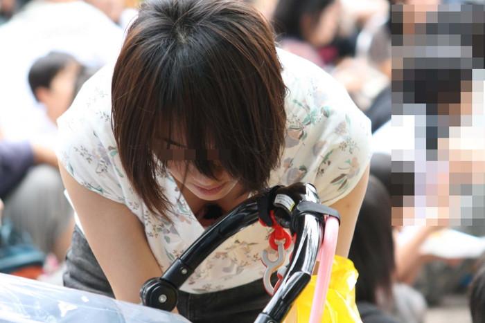 【胸チラエロ画像】ルーズになった素人娘たちの胸元狙ったらこんな写真撮れたww 24
