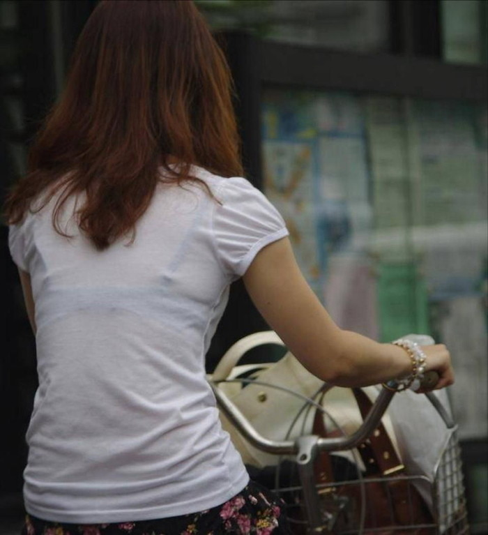【着衣透けエロ画像】ふと街中で見かけた女の子、透けてるじゃねーか!?ってやつw 02